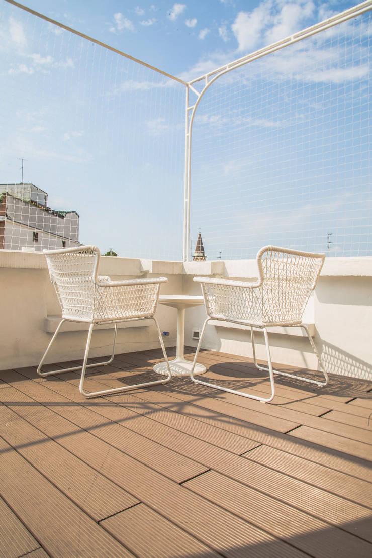 terrazzo: Terrazza in stile  di DELFINETTIDESIGN,