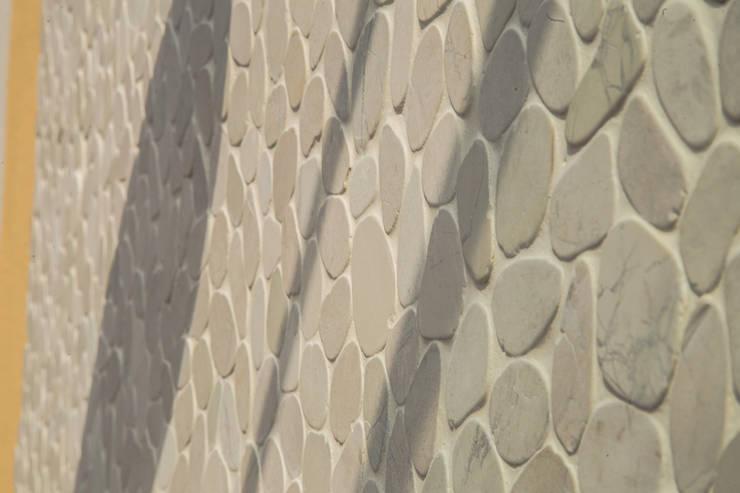 Dettaglio pietra: Terrazza in stile  di DELFINETTIDESIGN,
