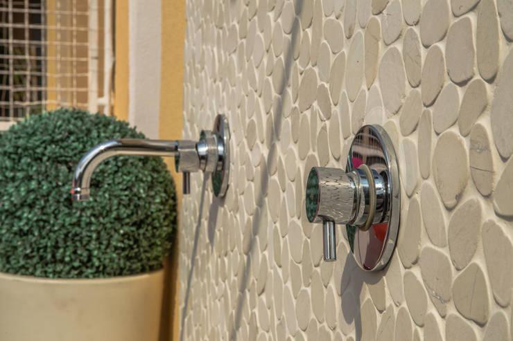 Dettaglio doccia esterna: Terrazza in stile  di DELFINETTIDESIGN,