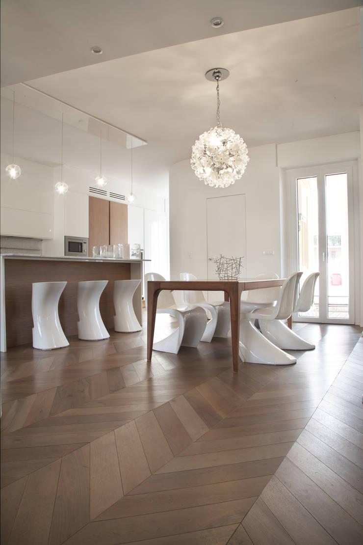 Zona pranzo/Cucina: Sala da pranzo in stile  di DELFINETTIDESIGN,
