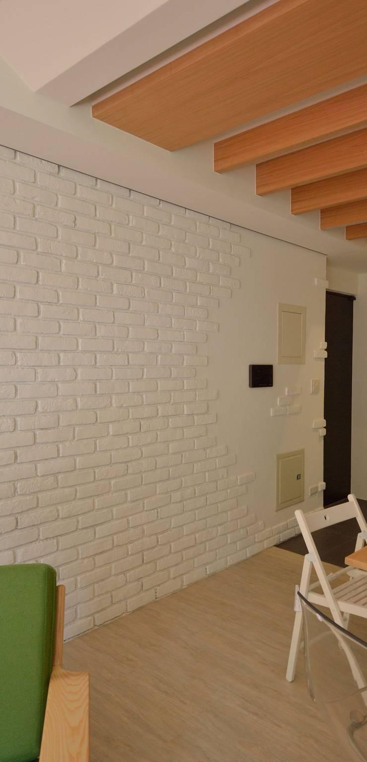 【住宅設計】淡水伊東市 – 26坪美式Loft風格:  牆面 by 大觀創境空間設計事務所