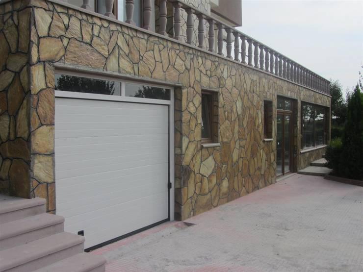 YALÇIN MİMARLIK & DEKORASYON – GARAJ KAPISI:  tarz Garaj kapıları