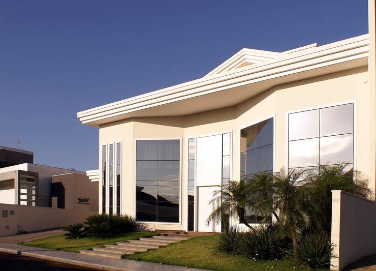 Residência alto padrão de dois pavimentos: Casas familiares  por Penha Alba Arquitetura e Interiores
