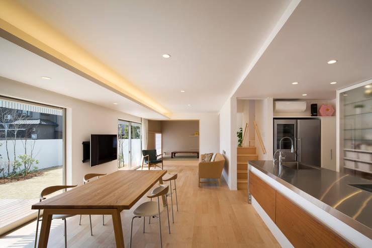 松原の家: 吉川弥志設計工房が手掛けたリビングです。