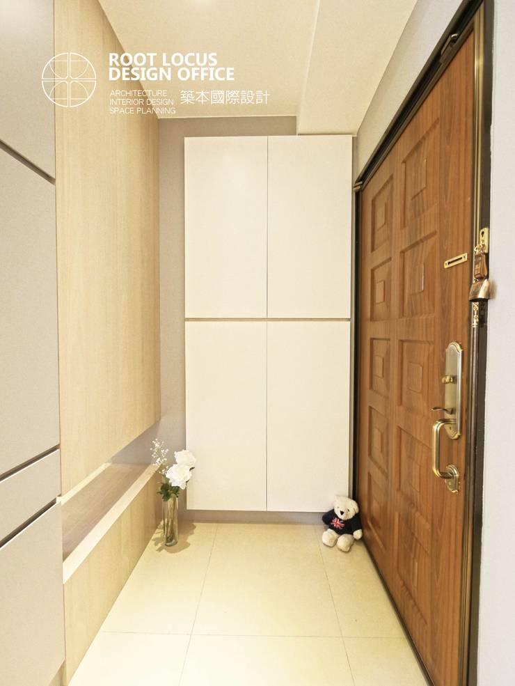 高雄 林公館:  走廊 & 玄關 by 築本國際設計有限公司