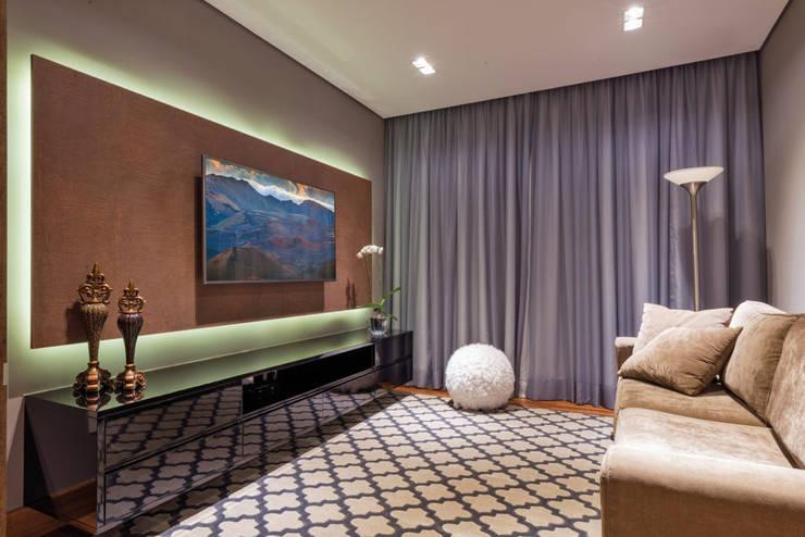SALA DE TV : Salas multimídia  por Dib Studio Arquitetura e Interiores
