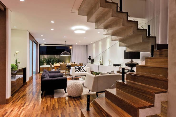 ESCADA DE ACESSO PISO SUPERIOR: Escadas  por Dib Studio Arquitetura e Interiores