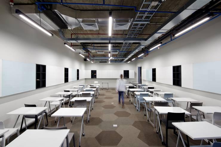 JustPeople: Centros para conferencias de estilo  por 2712 / asociados