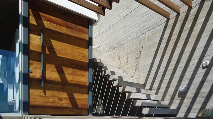 Casa Lomas Blancas: Escaleras de estilo  por 2712 / asociados