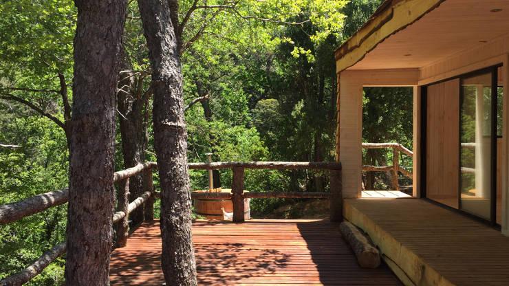 Cabaña de las Chimeneas de Luz: Terrazas  de estilo  por 2712 / asociados