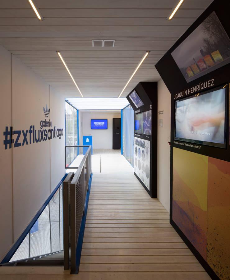 ZX Flux Gallery: Centros de exhibiciones de estilo  por 2712 / asociados