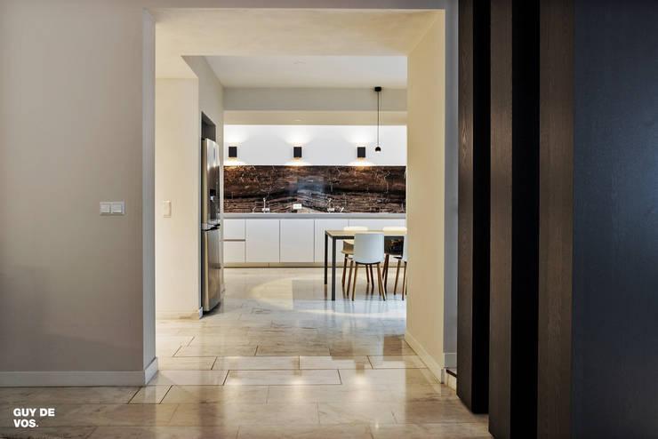 Villa Batu Alam:  Keuken door Guy de Vos, Modern