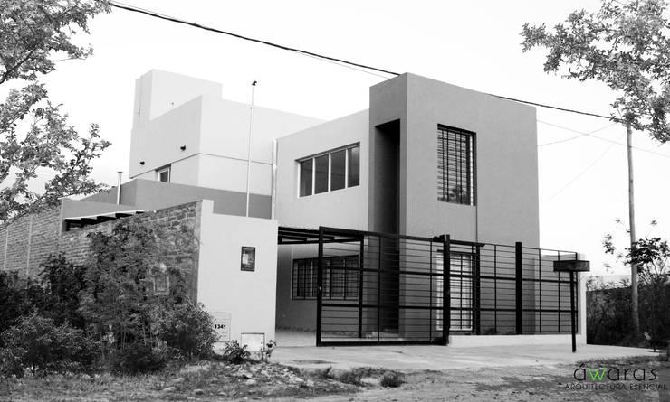 CASA DC | FACHADA: Casas de estilo  por áwaras arquitectos,