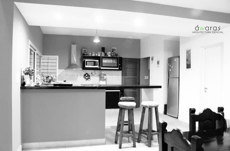 CASA DC | COCINA | BARRA DESAYUNADOR: Cocinas de estilo  por áwaras arquitectos,