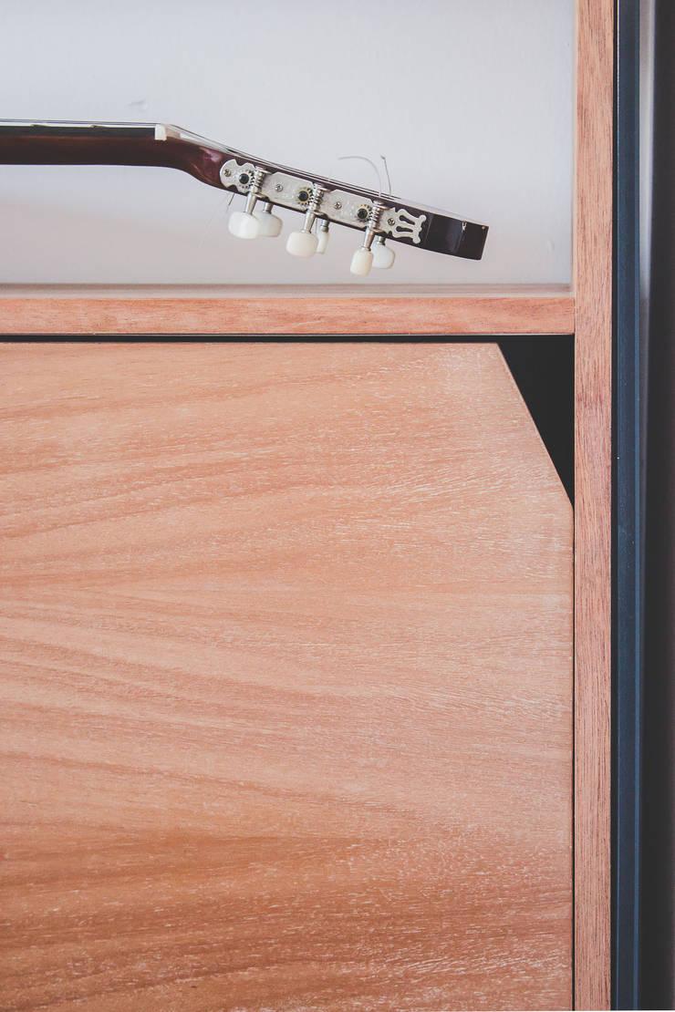 Detalle - Puerta : Livings de estilo  por Mon Estudio,