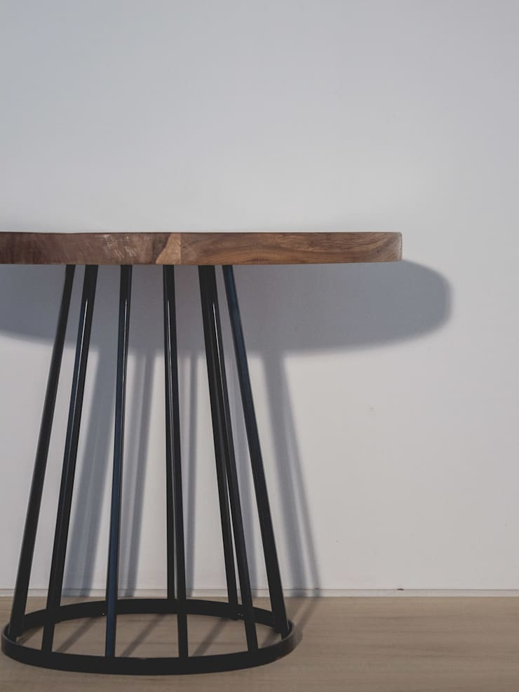 Mesa: Galerías y espacios comerciales de estilo  por Mon Estudio,Rústico Madera maciza Multicolor