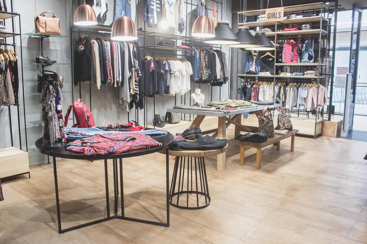 Kosiuko - el negocio: Galerías y espacios comerciales de estilo  por Mon Estudio,Rústico Madera Acabado en madera