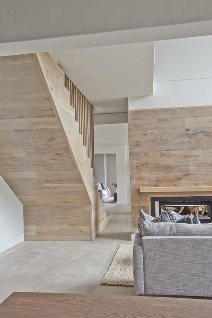 FinOak feature wall:  Living room by Finfloor, Modern Engineered Wood Transparent
