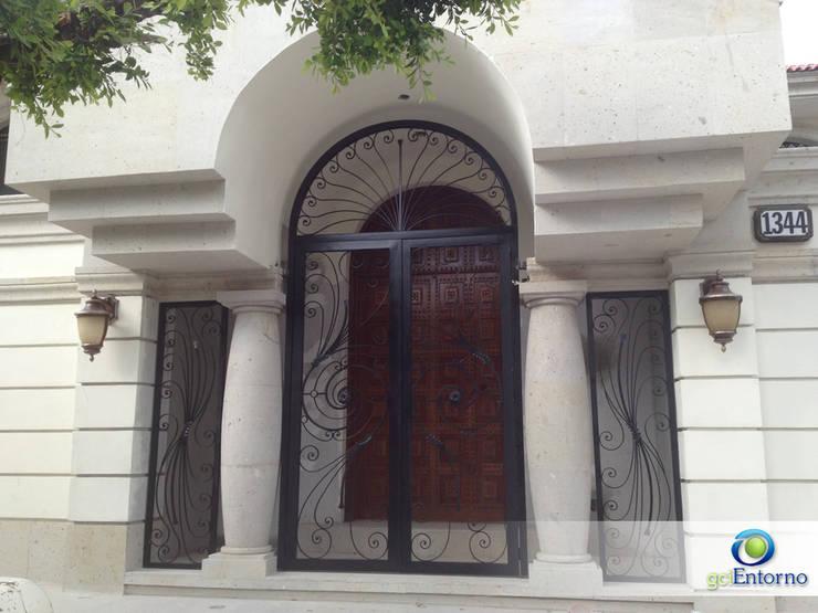 Acceso Principal: Casas de estilo ecléctico por gciEntorno