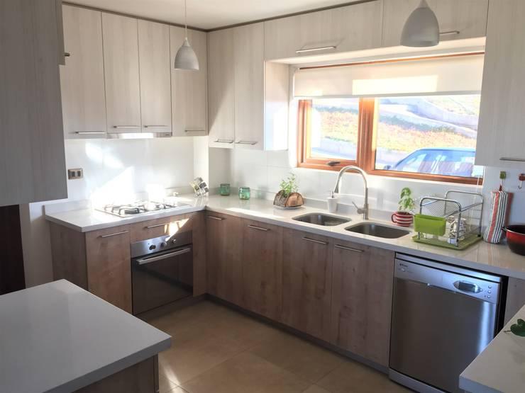 Vista desde Salida a Loggia: Cocinas equipadas de estilo  por Rocamadera Spa