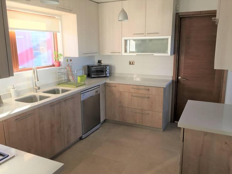Vista desde entrada principal: Cocinas equipadas de estilo  por Rocamadera Spa