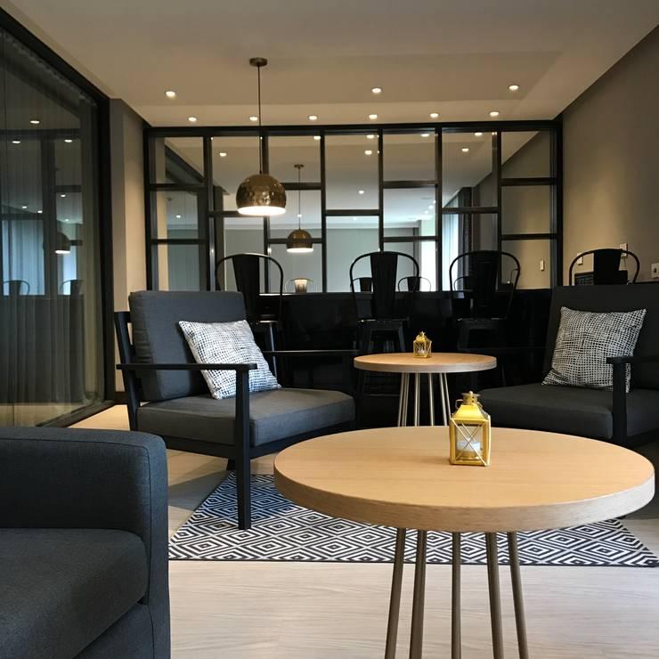Salon VIP: Salas de estilo  por Ecologik