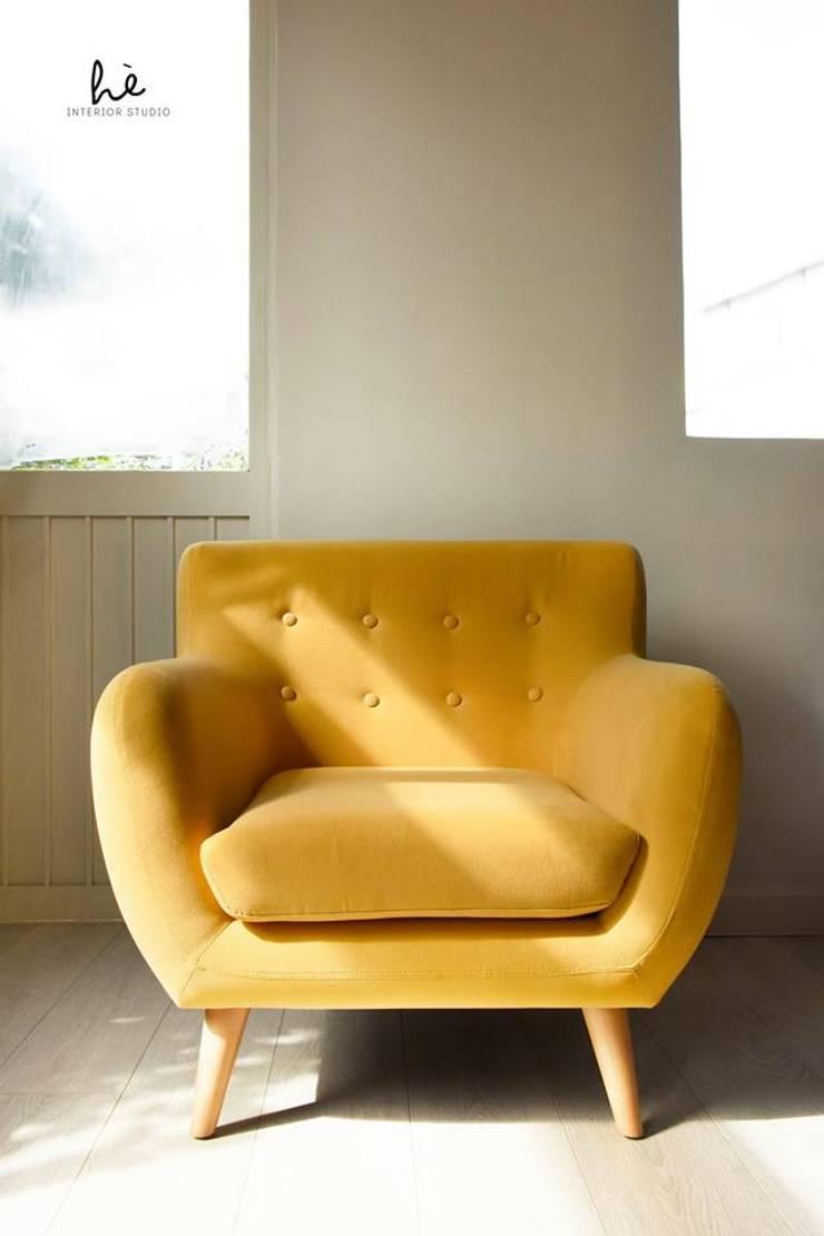 Ghế Hè:  Living room by Hè studio