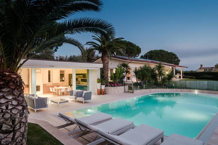 Countryside Villa: Piscina a sfioro in stile  di Officina29_ARCHITETTI, Moderno