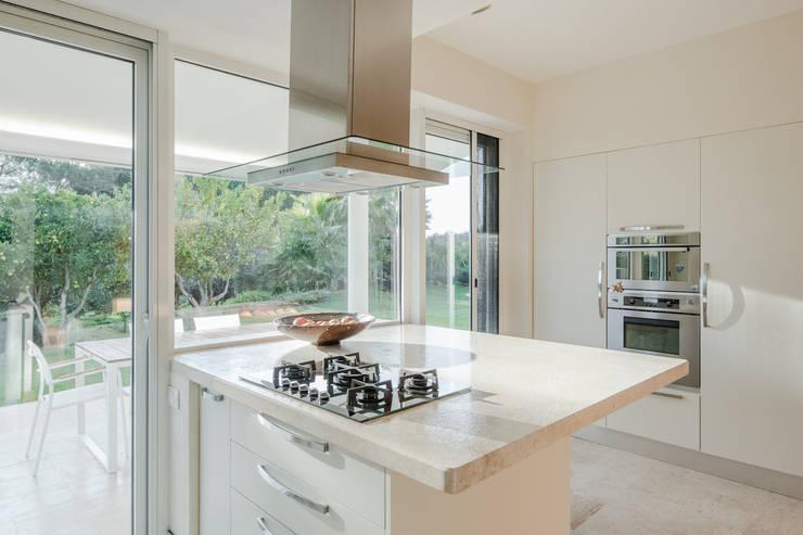 Countryside Villa: Cucina attrezzata in stile  di Officina29_ARCHITETTI, Moderno Marmo