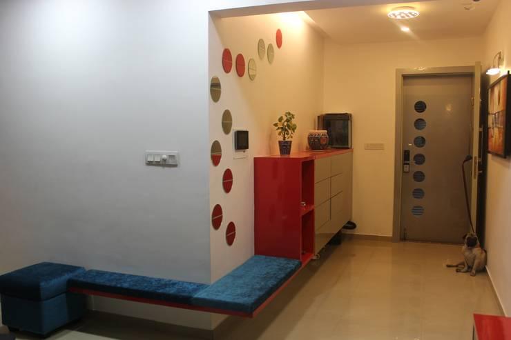 Amanora Park town:  Corridor & hallway by Area Planz Design