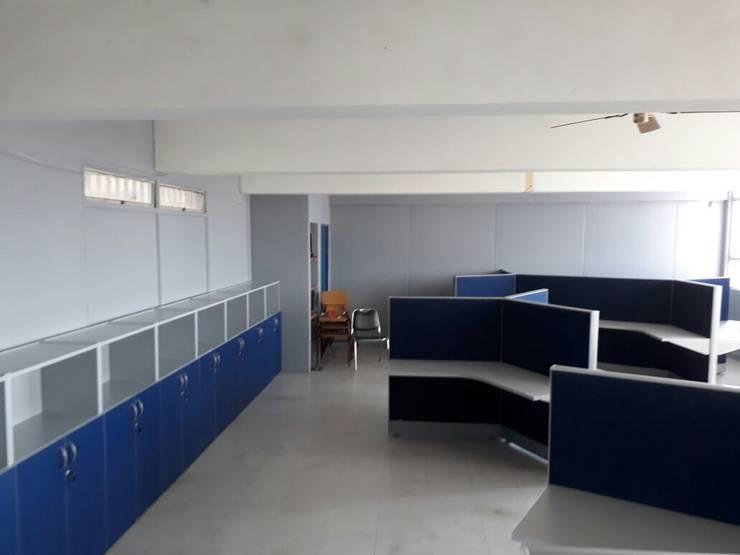Liceo Comercial Puente Alto: Centros para conferencias de estilo  por Crea Oficinas Ltda