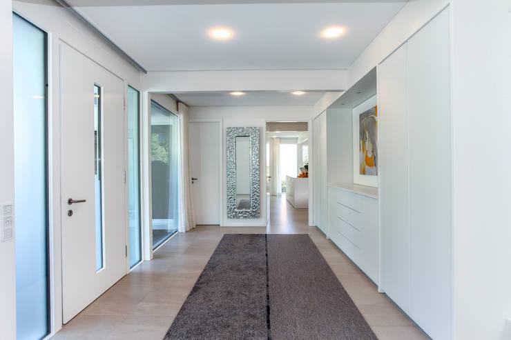 Projekty,  Korytarz, przedpokój zaprojektowane przez DAVINCI HAUS GmbH & Co. KG