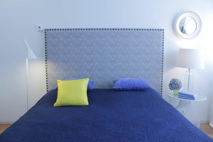 Quarto de casal: Quartos modernos por Tangerinas e Pêssegos - Design de Interiores & Decoração no Porto