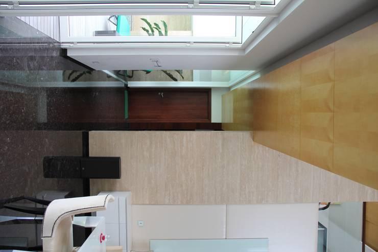 CINERE AT MAJALAH ASRI:  Ruang Keluarga by sony architect studio