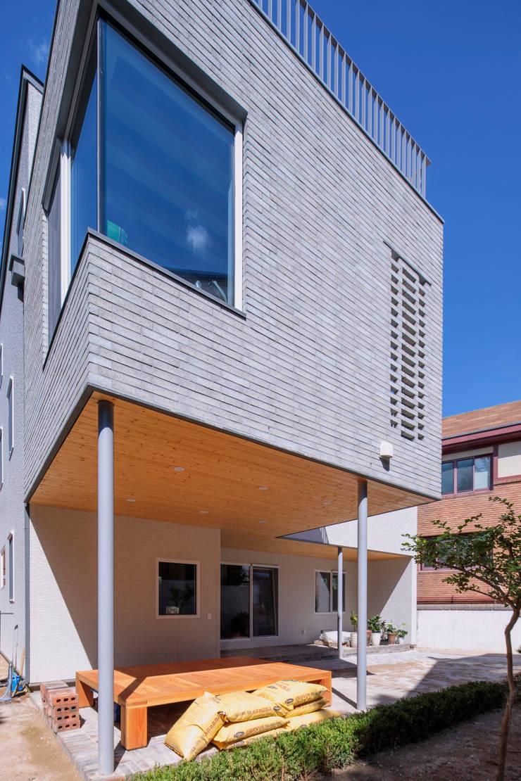 SEONGBUK-DONG HOUSE with Sarang-Chae: IDEA5   ARCHITECTS의  주택