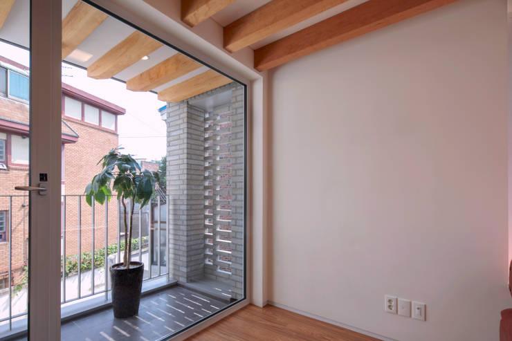 SEONGBUK-DONG HOUSE with Sarang-Chae: IDEA5   ARCHITECTS의  베란다
