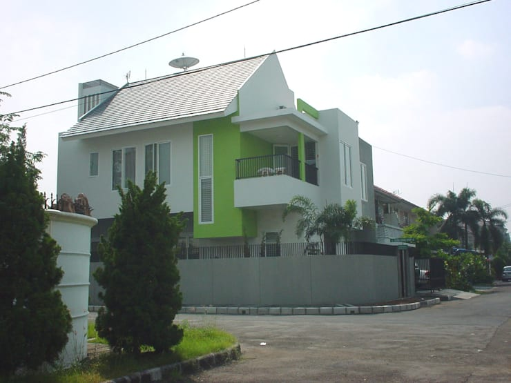 JANE RESIDENCE .KELAPA GADING:  Rumah by sony architect studio