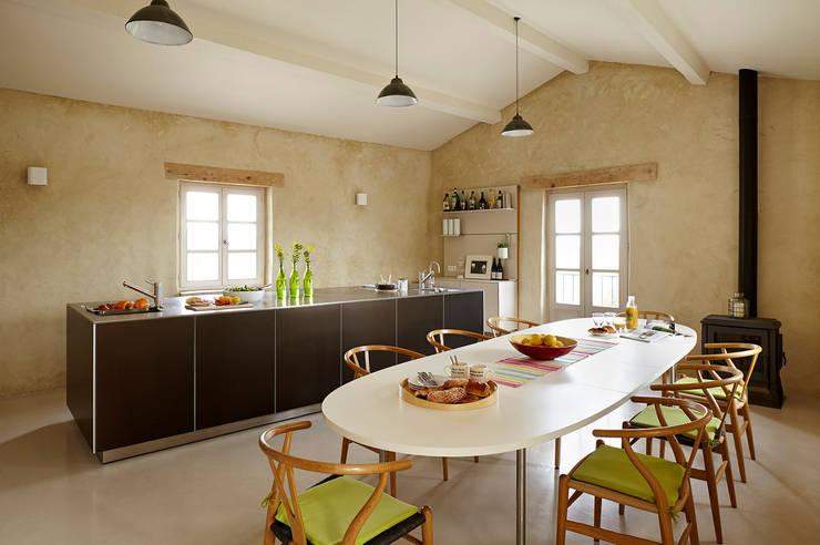 The old silk farm: modern Kitchen by Kitchen Architecture