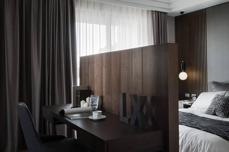 베드룸 테이블: KD Panels의  침실,