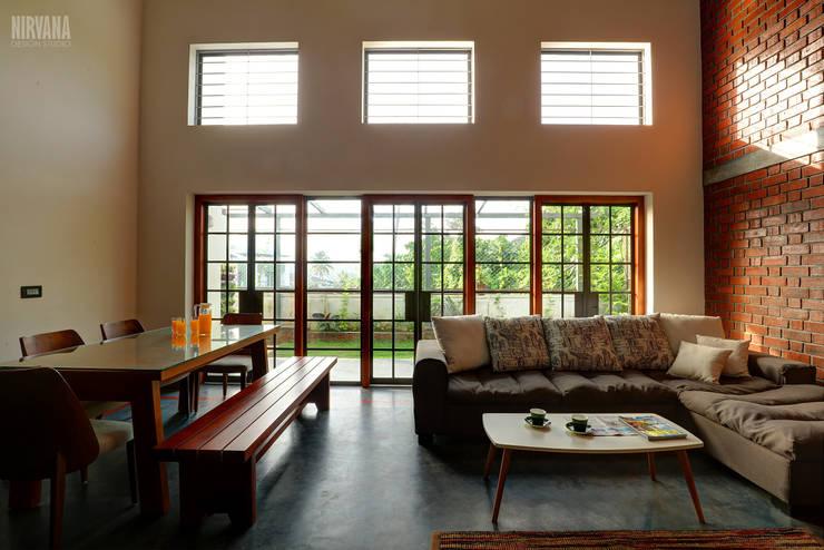 Tropical home 1:  Living room by Studio Nirvana