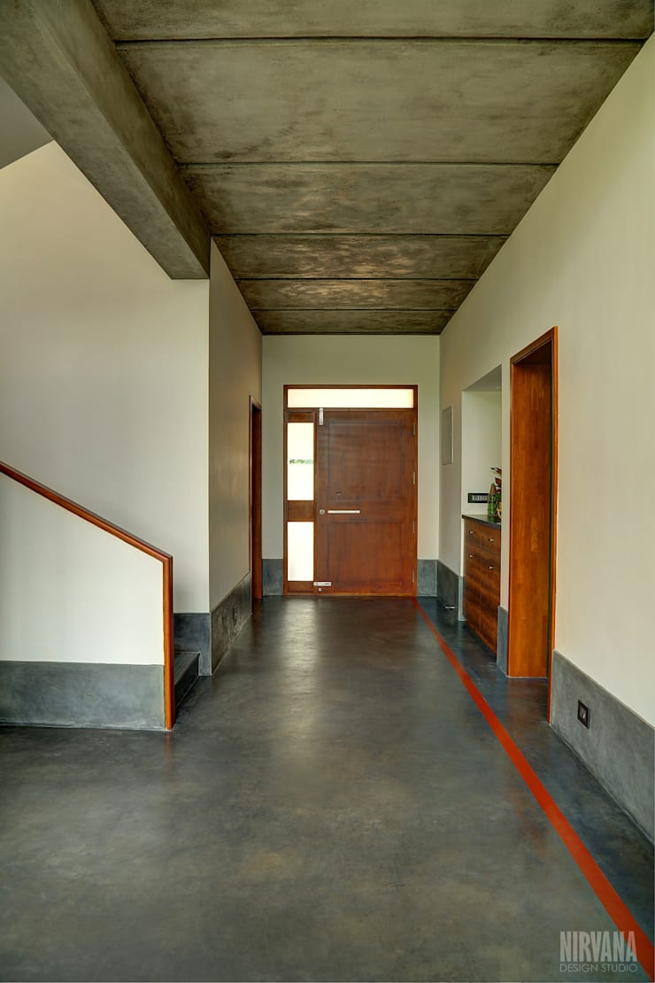 Tropical home 1:  Corridor & hallway by Studio Nirvana,Tropical