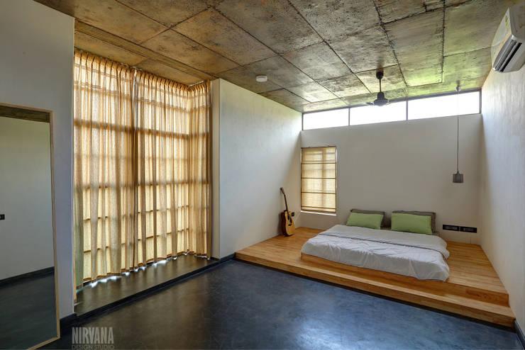 Tropical home 1:  Bedroom by Studio Nirvana