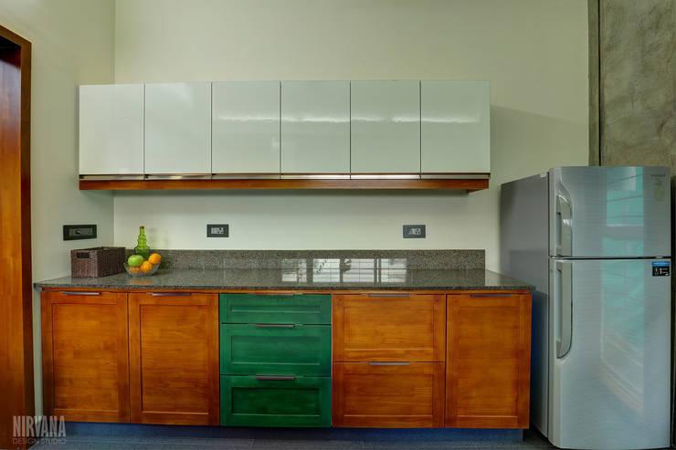 Tropical home 1:  Kitchen by Studio Nirvana