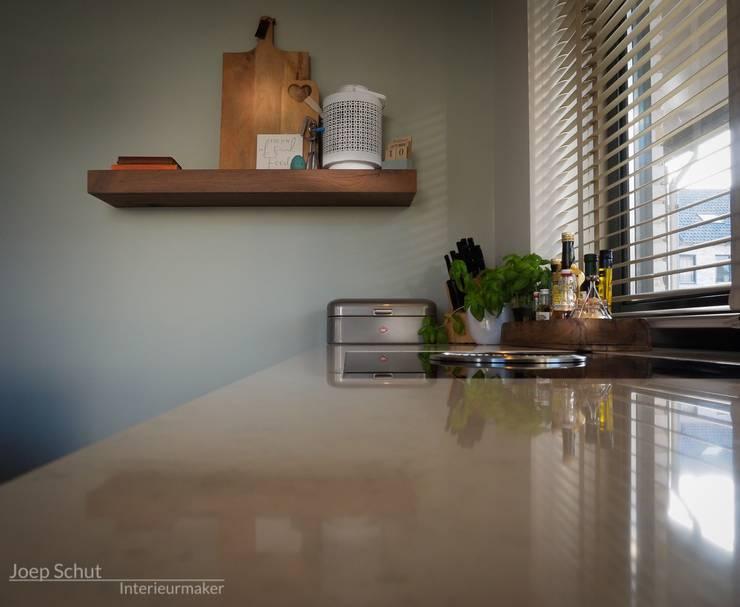 Maatwerkkeuken met eiland -composietwerkblad en kastenwand van Oak vintage Hoboken fineer. En...Bora Basic Bia kookplaat.: modern  door Joep Schut, interieurmaker, Modern