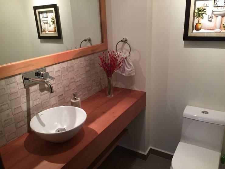 Baño de visitas: Baños de estilo  por Rocamadera Spa