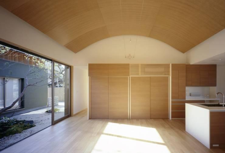 長岡京の家Ⅱ: 吉川弥志設計工房が手掛けたリビングです。
