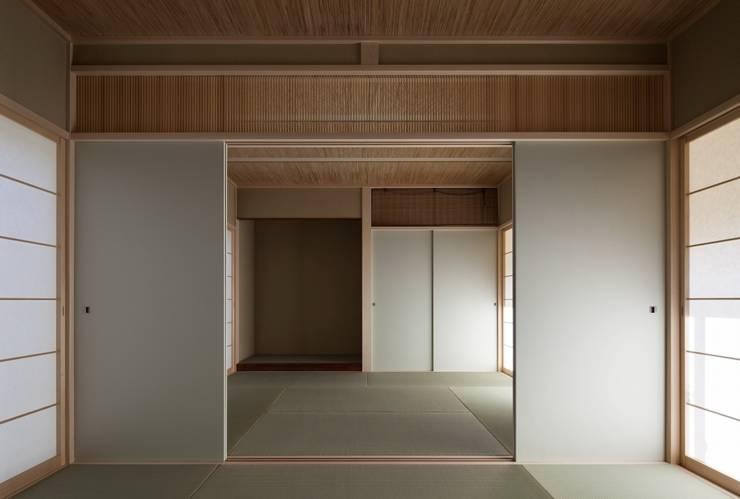 長岡京の家Ⅱ: 吉川弥志設計工房が手掛けた和室です。