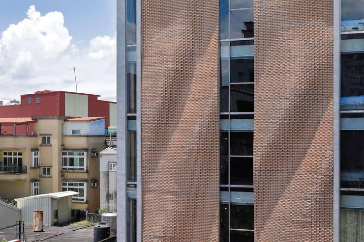 採用傳統材料 - 磚 - 來回應羅東的城鎮氛圍,同時運用新技術賦予老建物當代的面貌。:   by 前置建築 Preposition Architecture