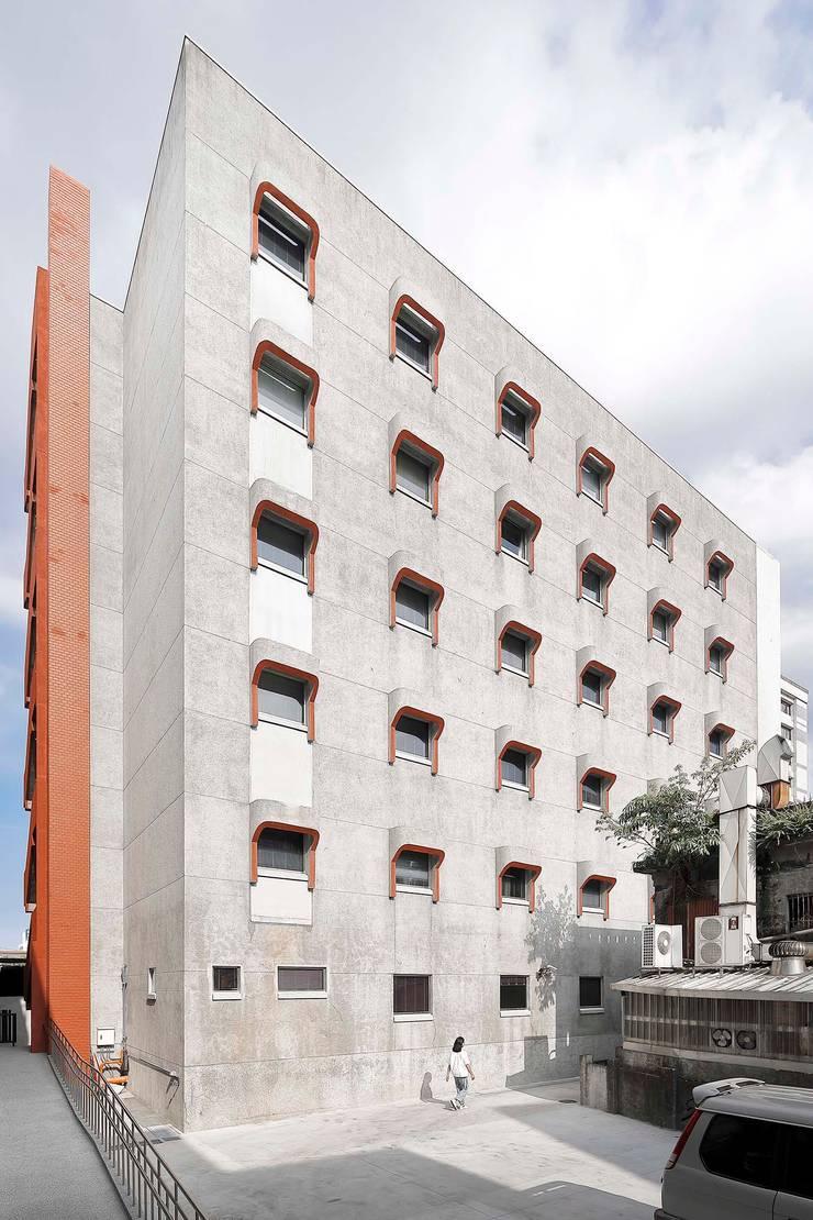 盡可能完整保留建築兩側外牆原有的傳統材料以及今日已少見的樸拙泥作雨遮:   by 前置建築 Preposition Architecture