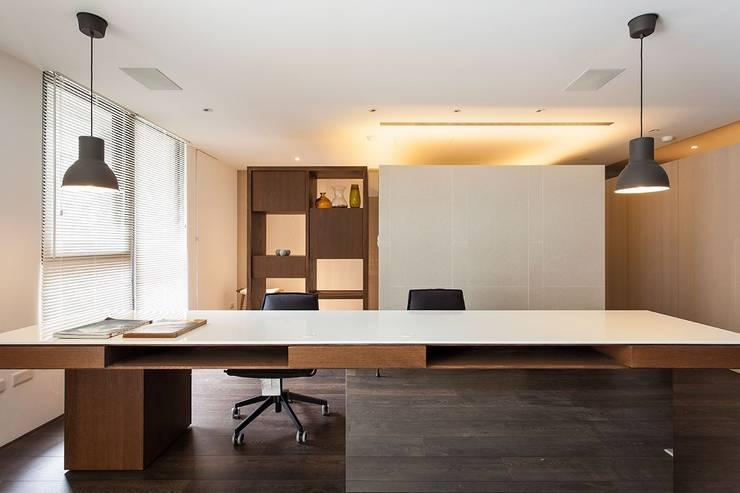 Albert & BoBo:  書房/辦公室 by Co*Good Design Co. Ltd.